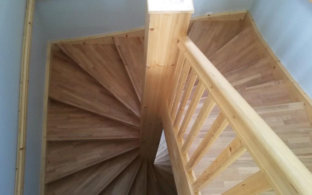 Escalier H�lico�dal � jour carr�, marches en H�tre lamell�-coll�.