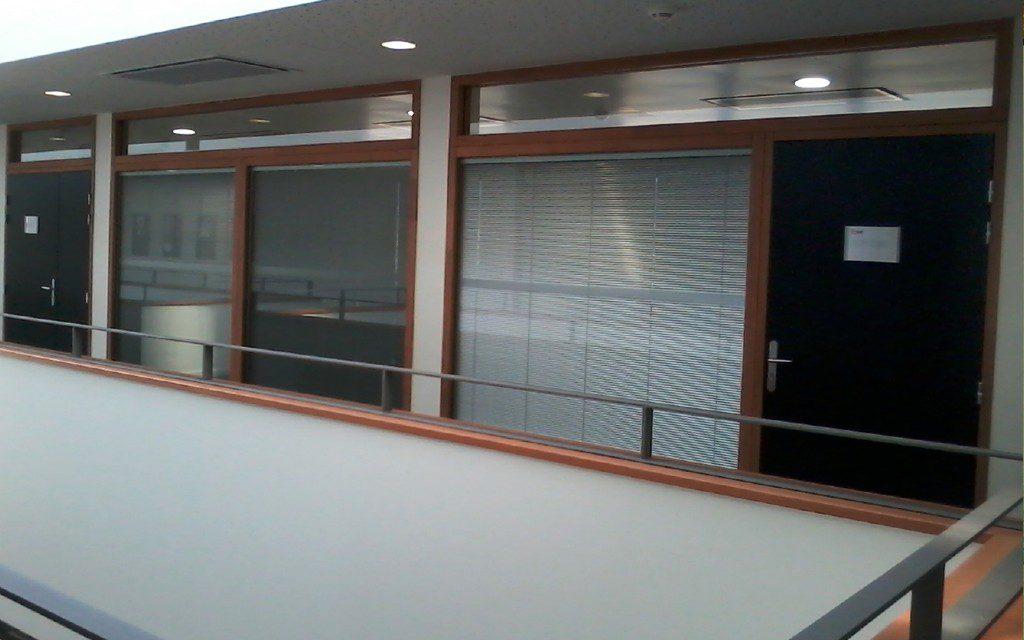 Cloison de bureaux en bois et vitrages avec stores vénitien intégrés