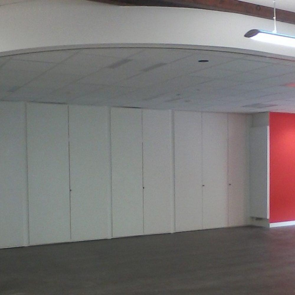 Mur mobile cintré (ALGAFLEX) et agencement de placards grande hauteur.