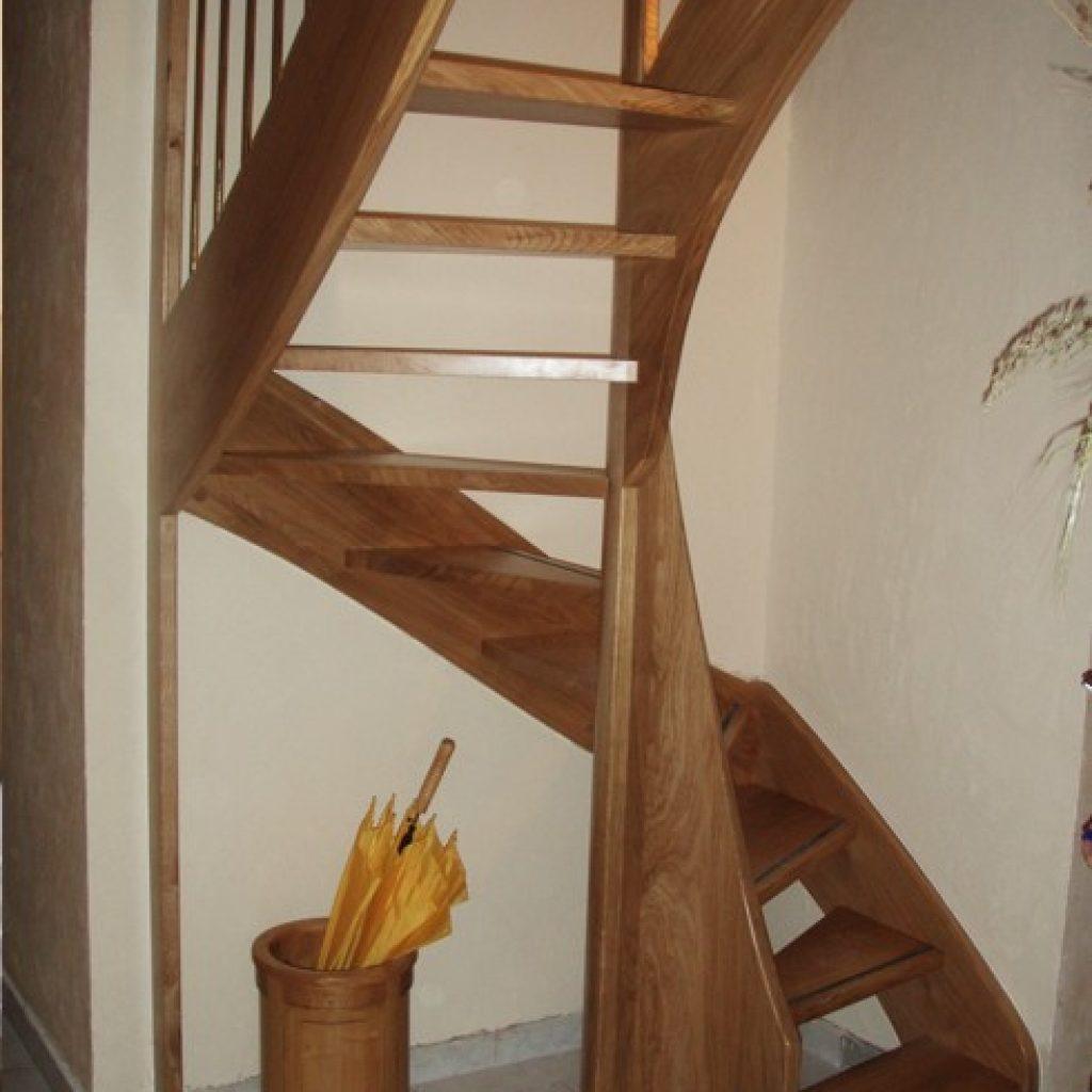 Petit escalier en Chêne à noyau central débillardé.