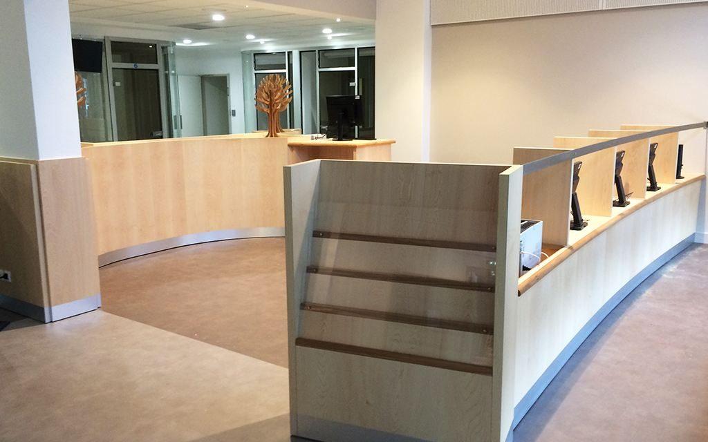 Banques d'accueil et mobilier cintré en plaquage Sycomoreet Chêne