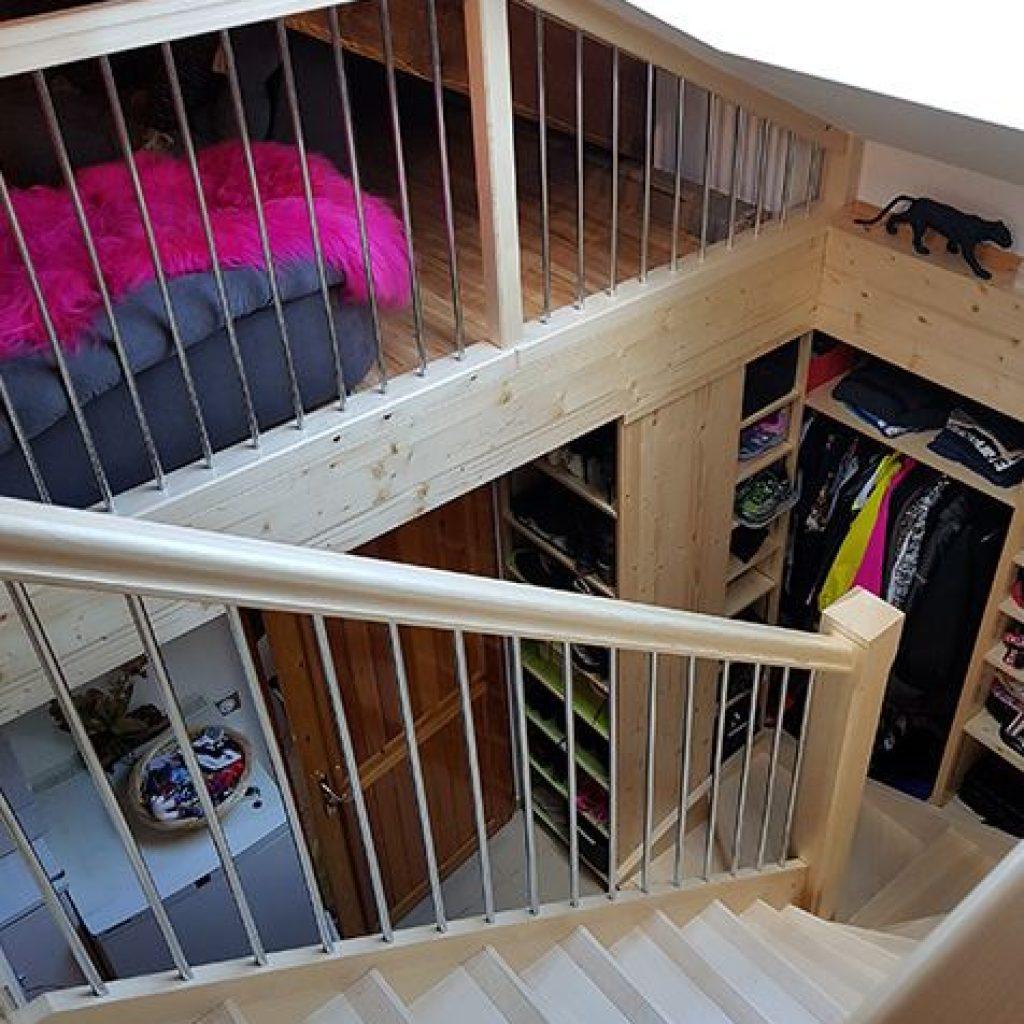 Escalier bois vernis avec rangements sur mesures