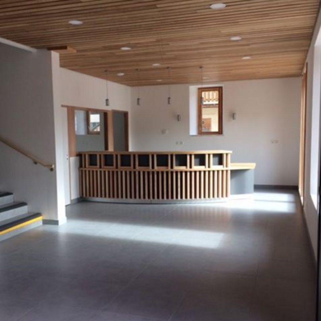 Banque d'accueil et plafond bois Mélèze