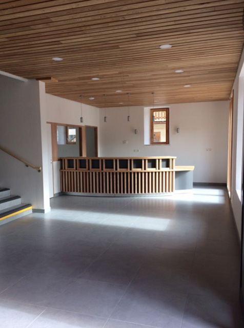 Banque d'accueil et plafond bois en Mélèze