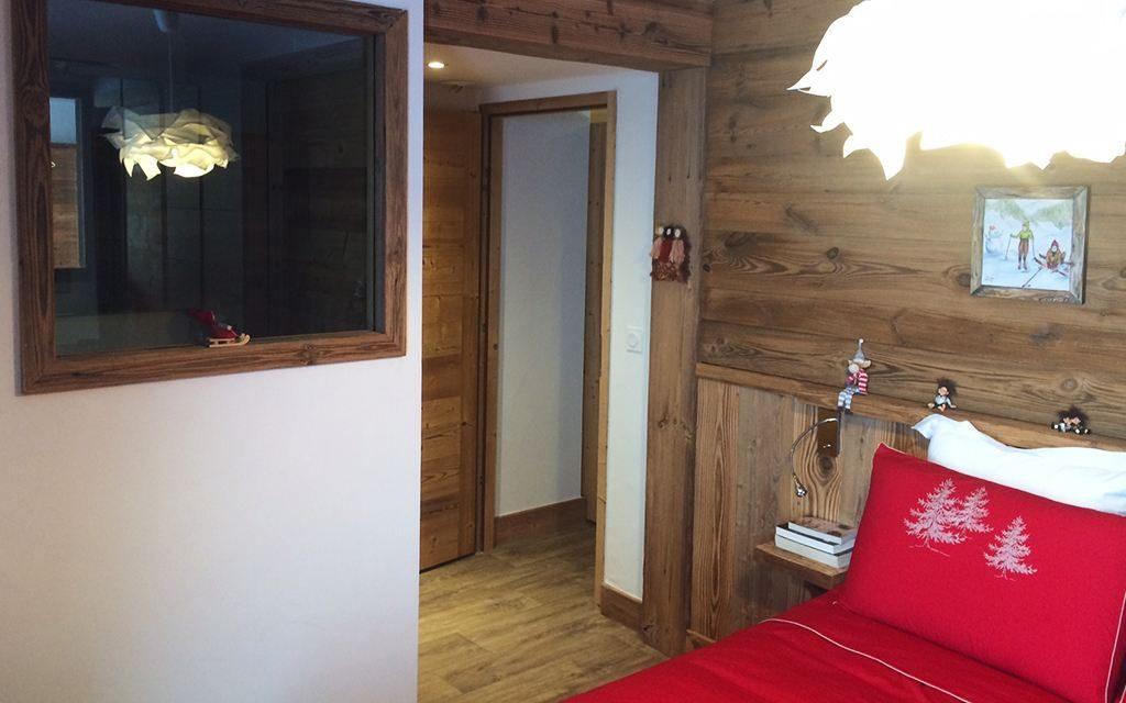 Agencement en vieux bois, tête de lit, placards sur mesure