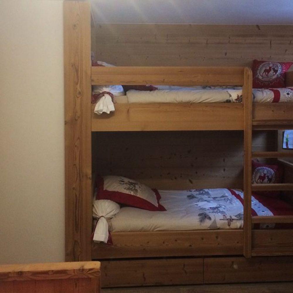 Lits superposés et aménagements sur mesure en vieux bois et Pin thermo
