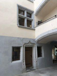 porte d'entrée style médiéval avec ferrage à l'ancienne